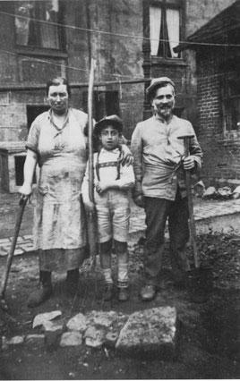 Familie Treiser bei der Gartenarbeit, Sonntag 18. Mai 1930