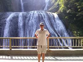 袋田の滝をバックに写真を撮る塾長の前鬼