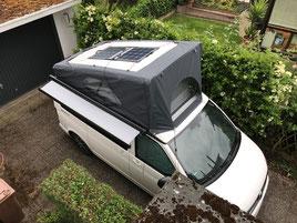 Solara Solarmodule ohne Rahmen auf einem VW T6 California Beach Camoper. Das leichte und flexible Solarmodul eignet sich hervorragend für Camper, Vans, Kastenwagen und Campinbusse. Geeignet sind die flachen Solarmodule auch auf Yachten und Segelbooten