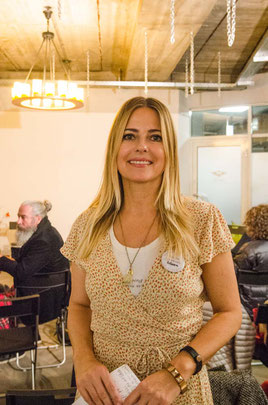 Rebecca Dorschner; Rebella Bex Café; Wortwechsel in violett