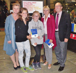 Die kkk Theaterfreunde Regina & Sophie Mayerhofer, Rosa Scheibelreiter, kkk Vizepräsidentin Mag. Silvia Schwieghofer, STR. Manfred Schweighofer