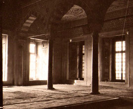 ein Raum des stillen Gebets - belegt mit Kelims
