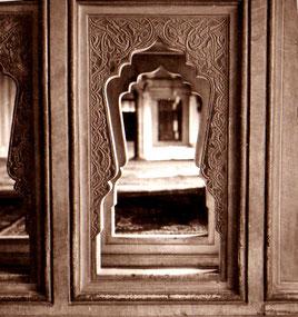 kunstvoll geschnitzte Fenster-Durchblicke
