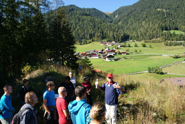 Hanns Kerschner erläutert die geologische Entwicklung zur Zeit des Gschnitz-Stadiums. (Foto: S. Wansa)