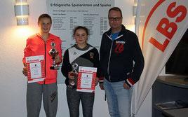 Verbandsjugendwart Stefan Böning (r.) mit den Finalistinnen der Juniorinnen U14: Lotte Kaiser (l.) und Kristina Birst (m.))