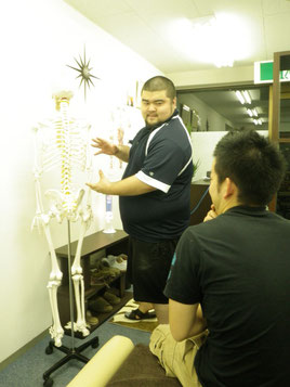骨模型の馬場さんを使って川鍋さんと勉強会