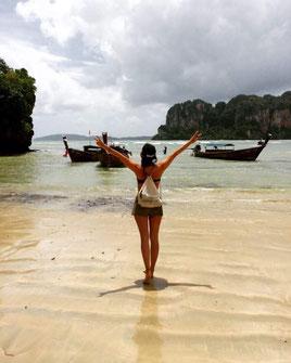 Laura: Das war in Thailand, nach etwa 2 Monaten reisen. Ich habe mich zu dieser Zeit zum ersten Mal richtig frei gefühlt und war mega ausgeglichen. Ich hatte mir zuvor eine Woche lang einen Beachbungalow gemietet und habe Partys und Menschen gemieden, einfach um mal richtig Zeit mit mir selbst zu verbringen.