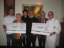 Die Vertreter der Marburger Köche: 1. Vorsitzender Michael Faulhaber (links) und Rechner Thomas Heck (rechts) mit den Spendenempfängern