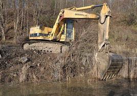 Mit dem Bagger werden Kleingewässer neu geschaffen