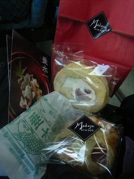 長野から松本へ移動中のバス車内では、お友だちお客さまであるドーギョーさんのお宅のスイーツたちを・・・