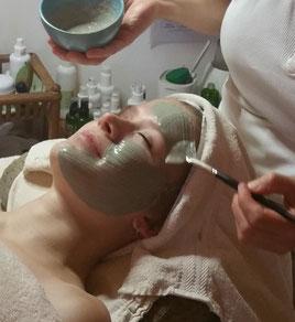 Kosmetik - Auftragen einer Gesichtsmaske