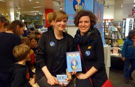 """Kirsten Reinhardt und die Illustratorin Marie Geissler bei der Vorstellung von """"Der Kaugummigraf"""" bei Hugendubel am Herrmannplatz, Berlin."""
