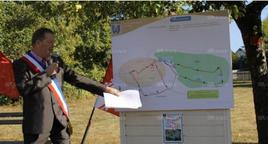 Le maire, Patrick Clory, montrant sur le plan le tracé du sentier du patrimoine inauguré à l'occasion des journées européennes. Photos L'Alsace/C.H