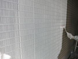外壁の下塗り塗装をしている写真