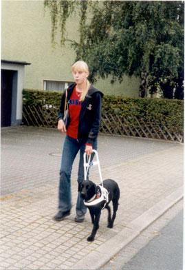 Eine glückliche Führhundhalterin unterwegs mit Blindenführhund. Voraussetzung dafür: ein Mobilitätstraining