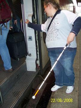 Training mit Langstock beim Einsteigen in eine S-Bahn.