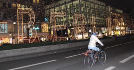 Ein Frau fährt mit dem Fahrrad auf der leeren Tauentzienstrasse am frühen Abend des 20. Dezember 2016, vorbei am Breitscheidplatz