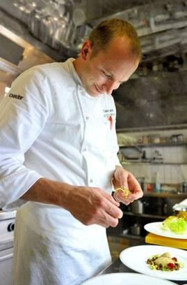Bild: Thomas Dreher beim Anrichten seiner Speisen