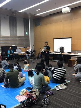 大きな体の松尾先生が小さくなって絵本を読む姿は大人気です