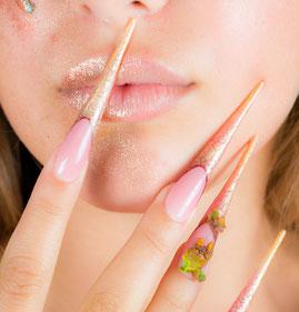 kosmetikstudio-nagelstudio-by-maica-frau-schönheit-nageldesign-kosmetikbehandlung-nagelverlaengerung