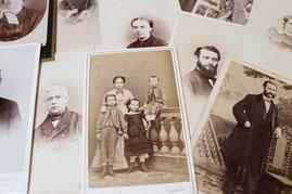 Zweifarbige Bilder, mit alten Fotoaufnahmen, Familien in altertümlichen Gewänder.
