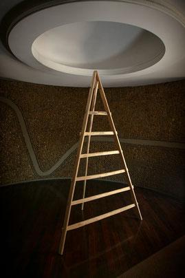 Scaleo treppiede in legno per allestimento e concept store - Tripod in chest nut wood for interior