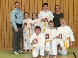 Bild: Karateka mit Prüfer Thomas Reck (3. Dan) und Trainerin Barbara Krämer-Seeger.