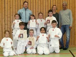 Bild: Karateka mit Prüfer Thomas Reck (3. Dan) und den Trainern Barbara Krämer-Seeger und Jehan Jaghobi.