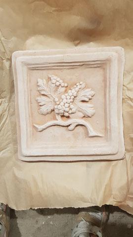 mattonella con uva su cotto fatto a mano