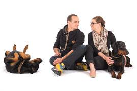 Dobermann und Rottweiler, Mann und Frau, Ehepaar, Fotoshooting im Studio vor weißem Hintergrund