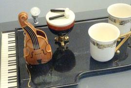 Kultur, Klavier, Geige und Tassen