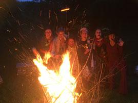 Frauenfeuer an der rituellen Feuerstelle im Waldhaus