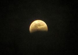 ②雲が消えて月のクレーターまではっきり見えて来ました。