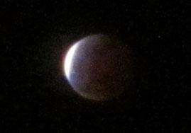 ⑨月が球体というのがわかる幻想的な光景。差し始めた光がとてもきれいです。