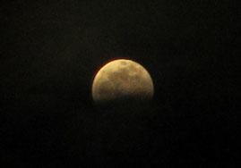 ①やっと雲がきれ月が見えた時にはだいぶ欠けていました。