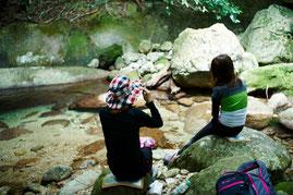 沢の岩場でひと休み(西部林道ガイドツアー)