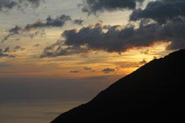 山から朝日が昇る(縄文杉1泊ガイドツアー)