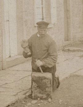 Un tailleur de pierre à l'oeuvre, vers 1905