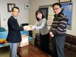 介良潮見台小学校の山中恵理子校長に三角鉛筆を贈呈