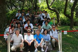 八田與一の銅像を囲んでの記念撮影(2013/6/7)