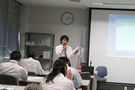 測量協会でL型擁壁の設計法について講義をする山岡課長
