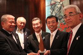 平和の炎賞を手にする坂本龍馬財団のメンバー