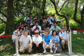 八田與一の銅像を囲んでの記念撮影(H25)