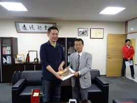 右城社長の著書と魚梁瀬杉製ボールペンとシャープペンシルのセットを贈呈