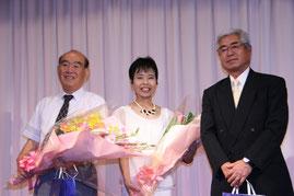 左から、佐藤前調査役、小田前会長夫人、小田前会長