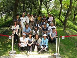 八田與一の銅像を囲んでの記念撮影(2013/5/31)