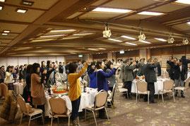 汲田副社長による乾杯の音頭で開会