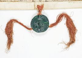 Sceau de cire verte sur lacs de soie rouge représentant le roi en majesté.