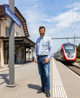 Bertrand Hug, Frümsen, am Bahnhof Salez-Sennwald bei Durchfahrt des FV-Dosto Richtung Buchs