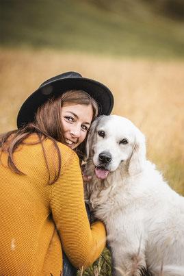 Halterin und golden Retriever festgehalten von der Hundefotografin Monkeyjolie